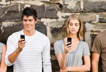 nomophobe-jeunes-gens-qii-regardent-leur-téléphone-portable