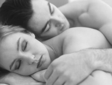 Portrait-of-a-couple-sleeping -in-bed-black-and-whi