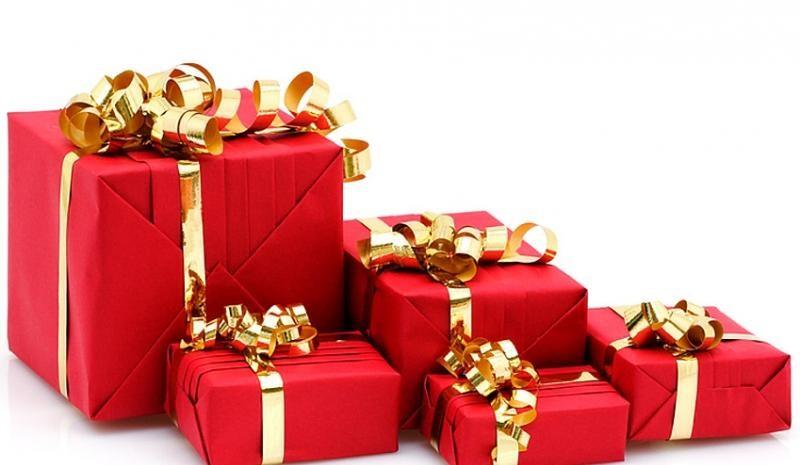 paquets-cadeaux-rouge-avec-bolduc-doré