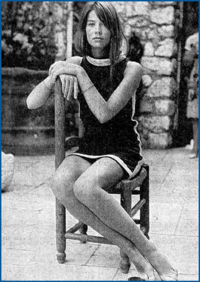 Françoise-hardy- assise-en-minijupe-ou-l-art-de-s-asseoir-en-minijupe
