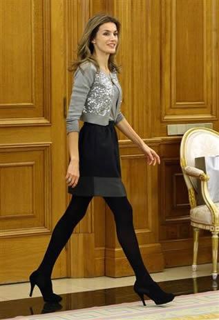minijupe-la-reine-Laetitia-d-Espagne-qui-marche-