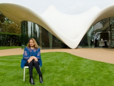 zaha-hadid-devant-serpentine-sackler-london