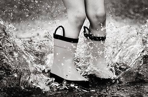sauter-flaque-pluie-enfant